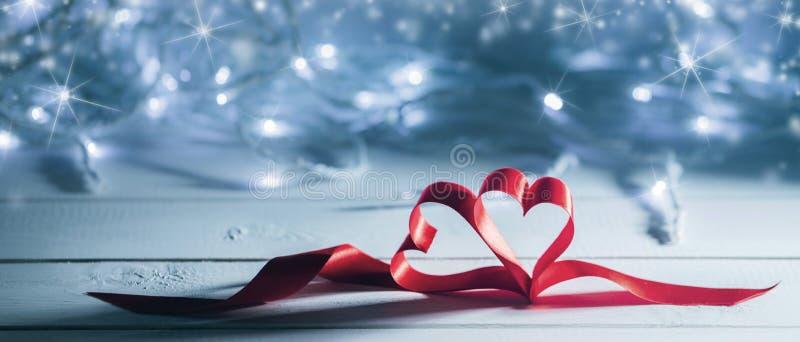 Cuori del nastro di giorno di biglietti di S. Valentino fotografie stock