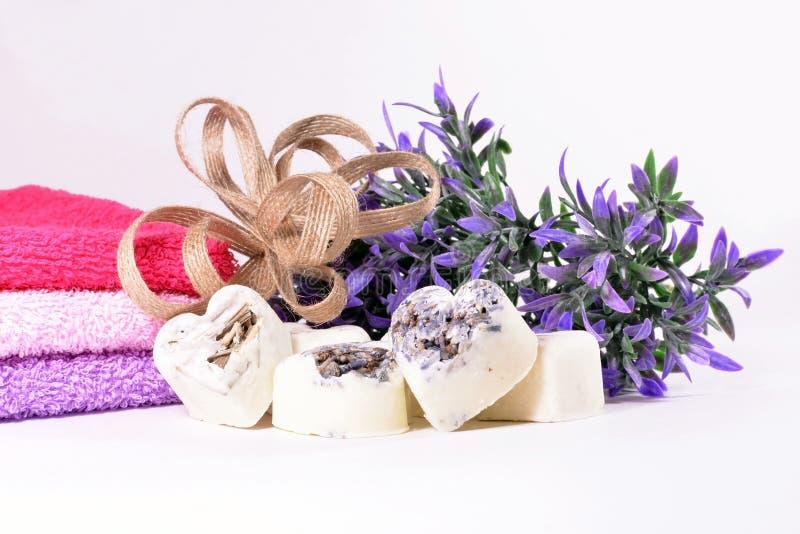 Cuori del sapone della lavanda della stazione termale con i fiori fotografie stock libere da diritti