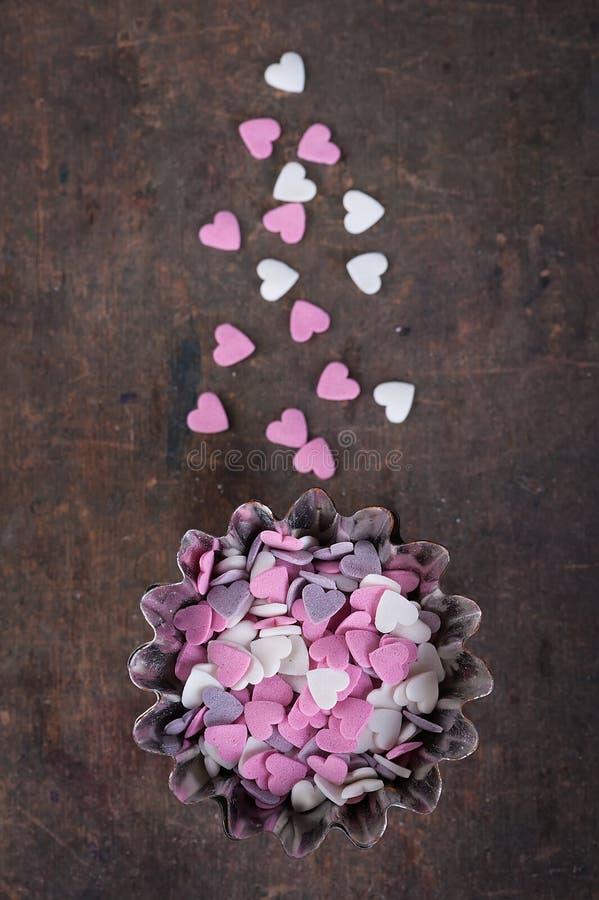 Cuori dello zucchero per decorare le pasticcerie fotografia stock
