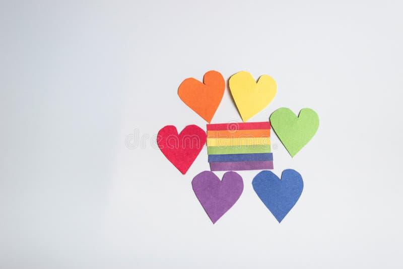 Cuori di carta dell'arcobaleno che circondano le strisce dell'arcobaleno di carta Concetto di LGBT - immagine immagini stock libere da diritti