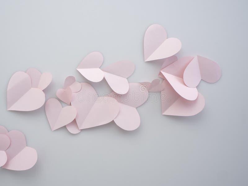 Cuori di carta rosa disposti su fondo bianco immagini stock