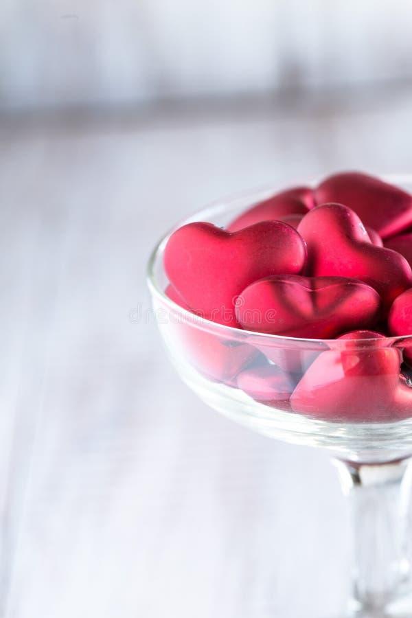Cuori di giorno di biglietti di S. Valentino in vetro di vino fotografia stock