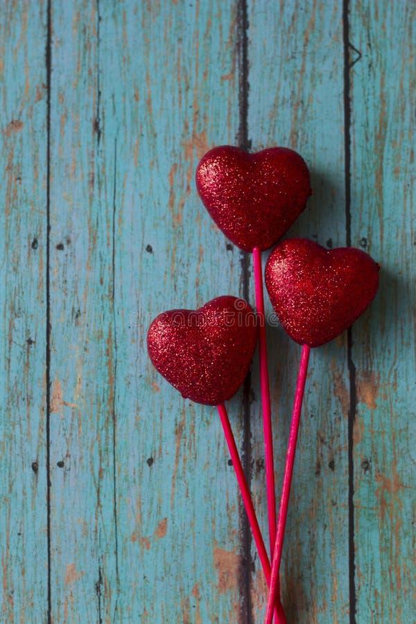 Cuori di rosso dei biglietti di S. Valentino immagini stock