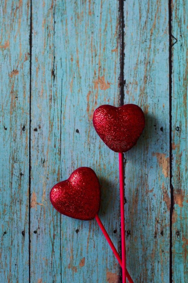 Cuori di rosso dei biglietti di S. Valentino immagini stock libere da diritti