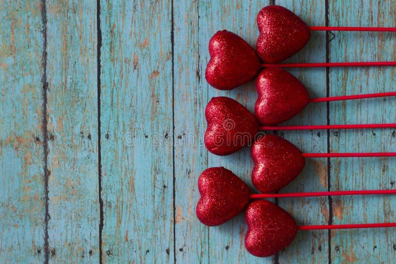 Cuori di rosso dei biglietti di S. Valentino fotografia stock