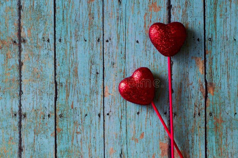 Cuori di rosso dei biglietti di S. Valentino immagine stock