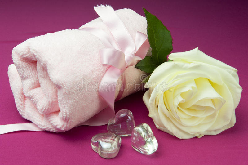 Cuori e cristallo rosa immagini stock