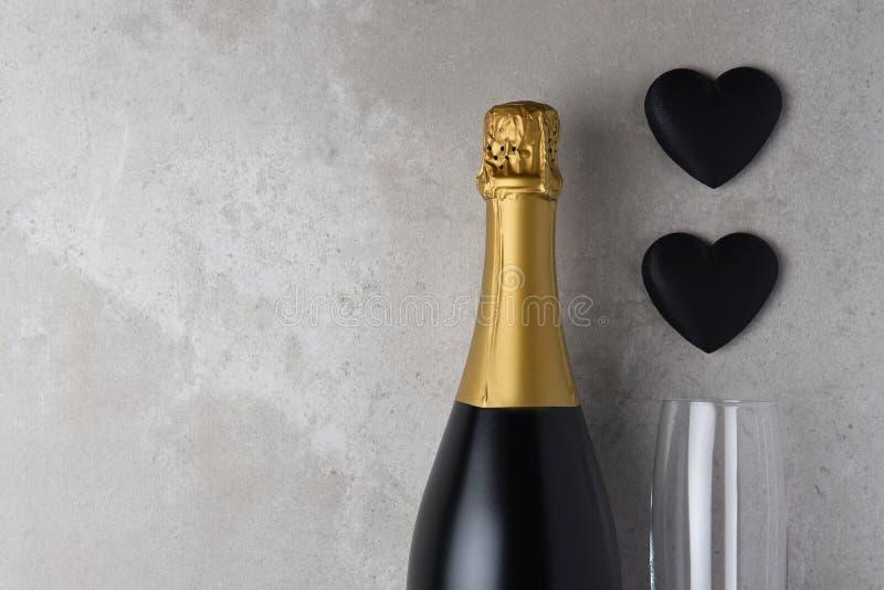 Cuori e flauto neri con champagne fotografie stock
