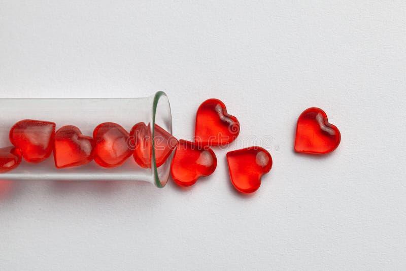 Cuori e provetta Bambino di vetro provvisto di tubo Inseminazione artificiale, IVF Sfondo grigio fotografia stock libera da diritti