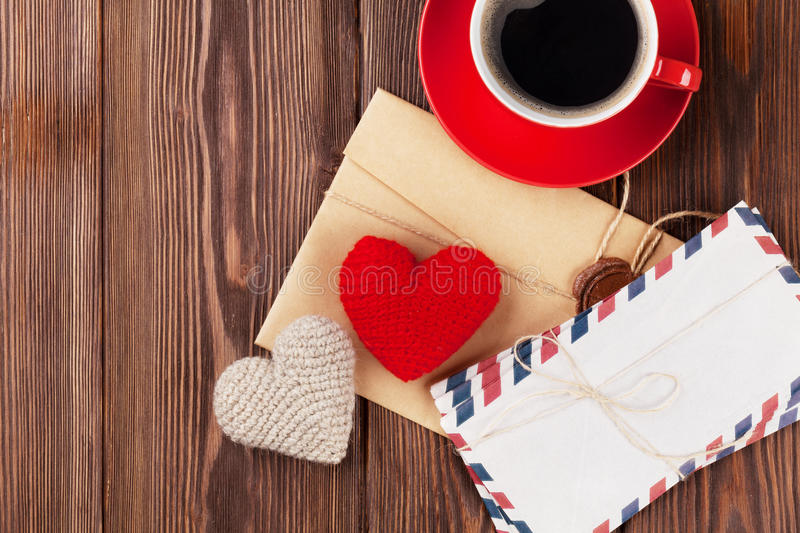 Cuori, lettere e caffè del giocattolo di giorno di biglietti di S. Valentino immagini stock