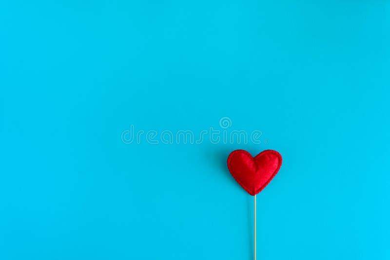Cuori ritenuti di amore sui puntelli della cabina su fondo di carta blu Concetto di celebrazione di giorno del ` s del biglietto  immagini stock libere da diritti