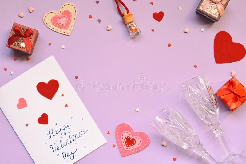 Cuori ritenuti rossi, scatola attuale e vetri di vino di cristallo su fondo rosa Valentine& x27; regalo di giorno di s o concetto immagini stock libere da diritti