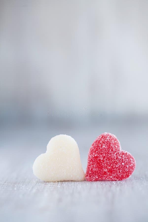 Cuori rossi e bianchi di Candy di giorno di biglietti di S. Valentino fotografie stock libere da diritti