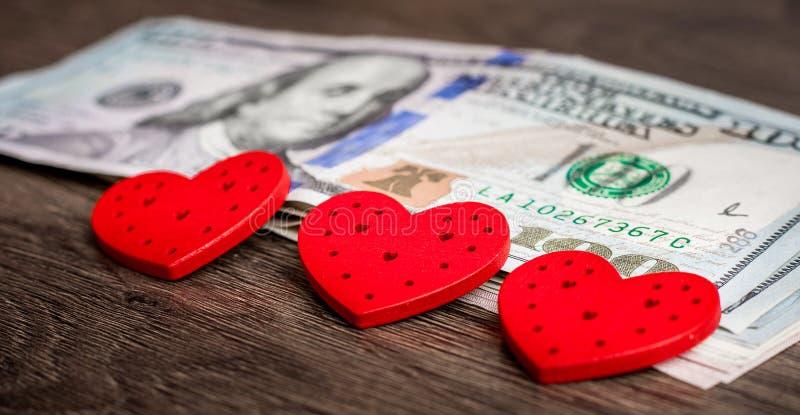 Cuori rossi sui dollari americani Money_ di amore immagine stock