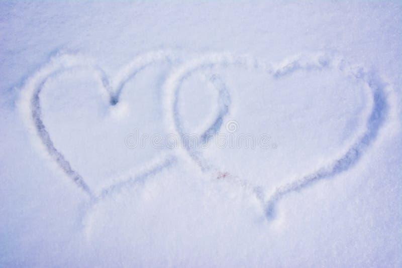 Cuori sulla neve La forma di cuore sulla neve immagini stock libere da diritti