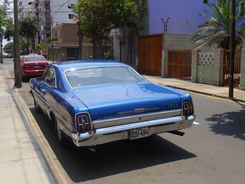 Cupé azul de Ford XL del color del tamaño grande en Miraflores, Lima fotografía de archivo libre de regalías