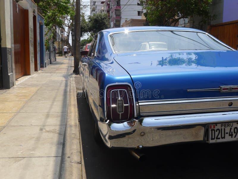 Cupé azul de Ford XL del color del tamaño grande en Miraflores, Lima imágenes de archivo libres de regalías