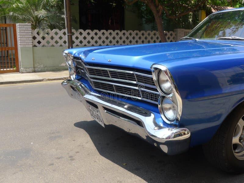 Cupé azul de Ford XL del color del tamaño grande en Miraflores, Lima imagenes de archivo