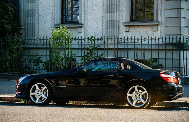 Cupê luxuoso de Mercedes-Benz SL na rua AMG fotos de stock