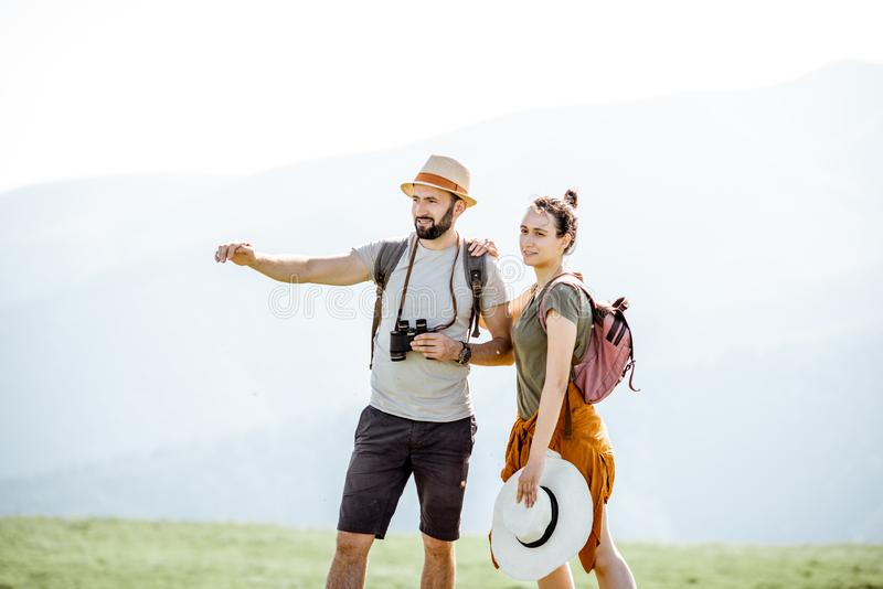 Cupê que viaja nas montanhas fotografia de stock royalty free