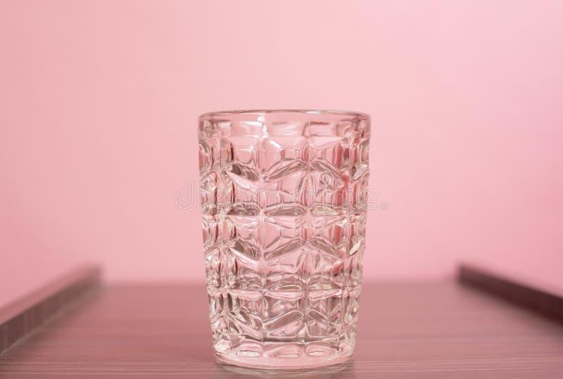 Cup auf rosa pastellfarbenem Hintergrund lizenzfreie stockbilder
