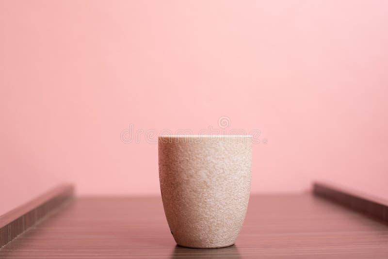 Cup auf rosa pastellfarbenem Hintergrund stockbilder