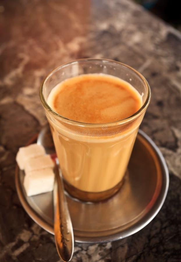 Cup Chai-Tee- und Zuckerwürfel stockfotografie