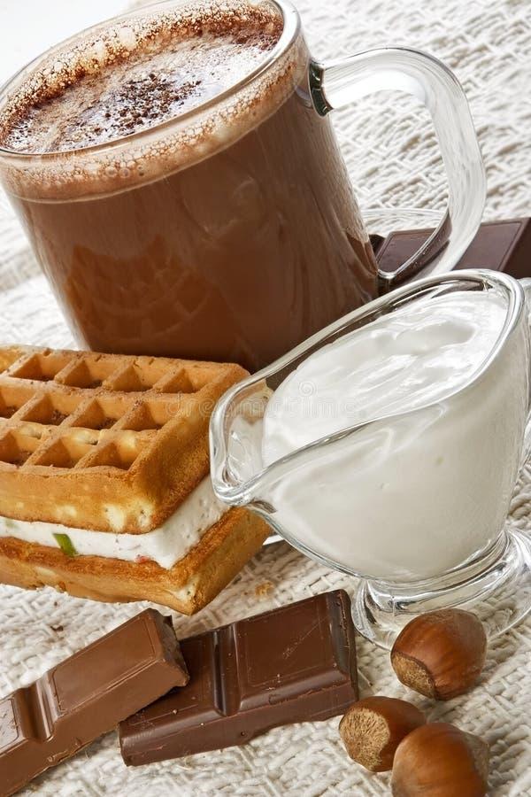 Cup der heißen Schokolade und der Oblate lizenzfreies stockfoto