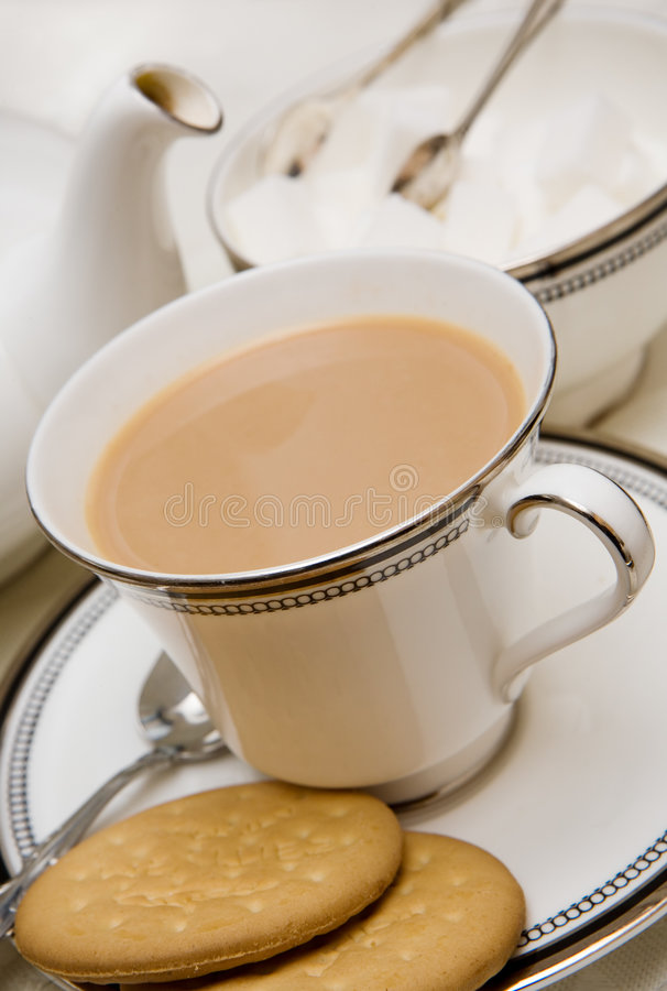 Cup englischer Tee mit Biskuiten stockbild