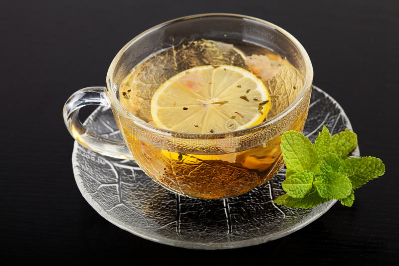 Download Cup Grüner Tee Mit Zitrone Und Minze Stockbild - Bild von glas, nave: 12200563