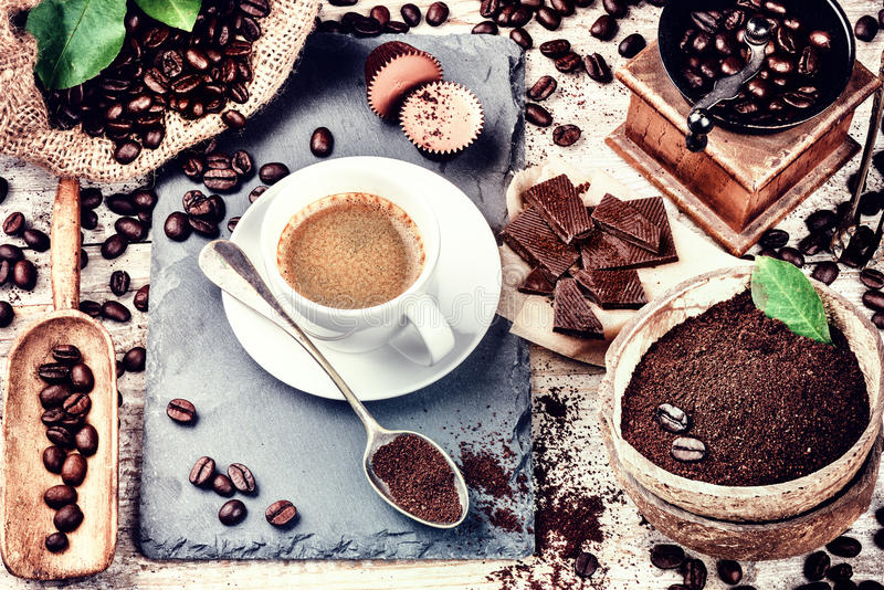 Cup of hot black coffee in setting with roasted coffee beans royalty free stock photos