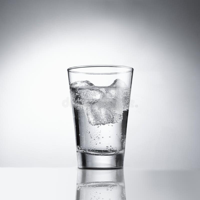 Cup mit Eiswasser, mit Ausschnittspfad stockbild