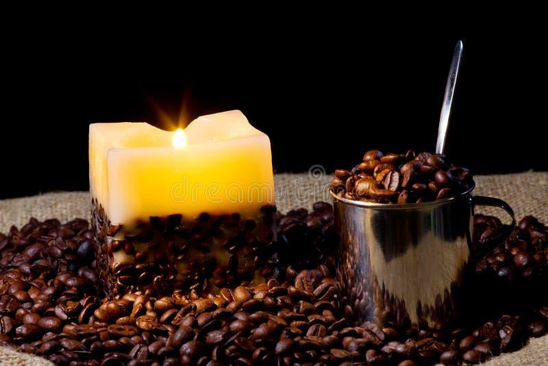 Cup mit Kaffeebohne und Kerze lizenzfreie stockfotografie