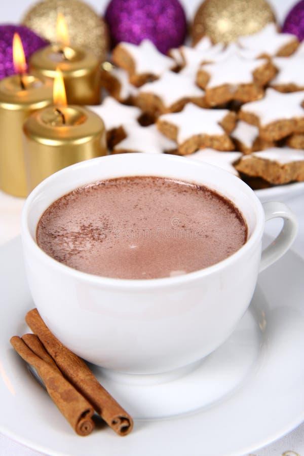 Cup Plätzchen der heißen Schokolade und des Weihnachten lizenzfreies stockfoto
