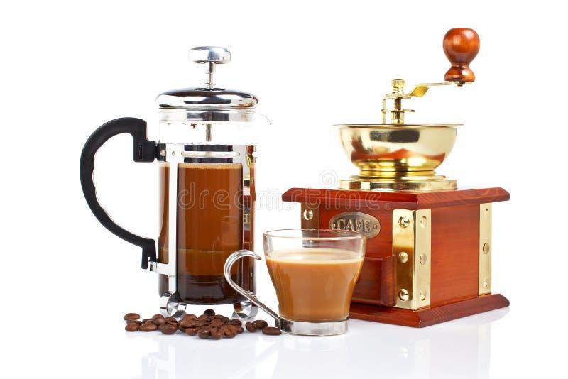 Cup, Schleifer, Kaffepotentiometer und Bohnen lizenzfreie stockbilder