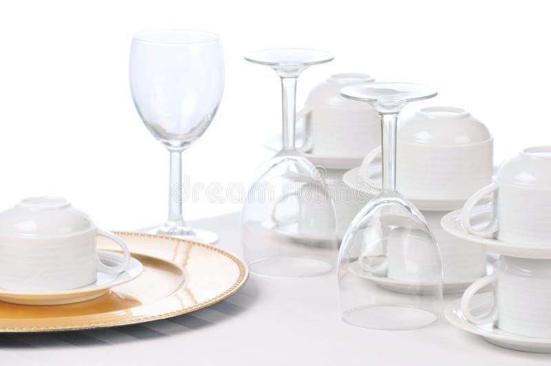 Cup und Wein-Gläser auf Gaststätte-Tabelle stockfoto