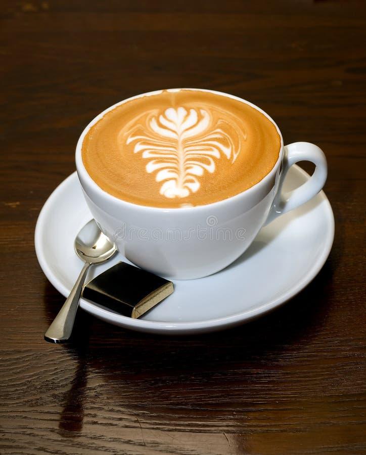 Cup von Latte lizenzfreie stockfotografie