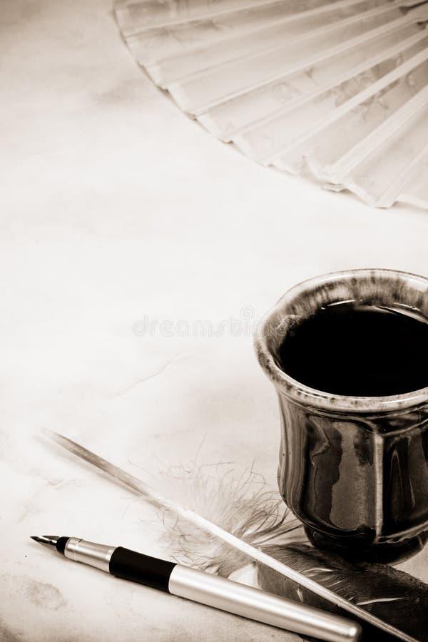 Cup von und Federn stockbilder