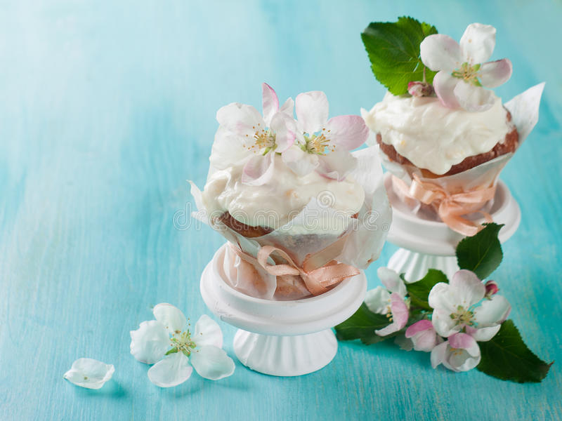 Cupcake ή muffin με το φρέσκο λουλούδι στοκ φωτογραφίες