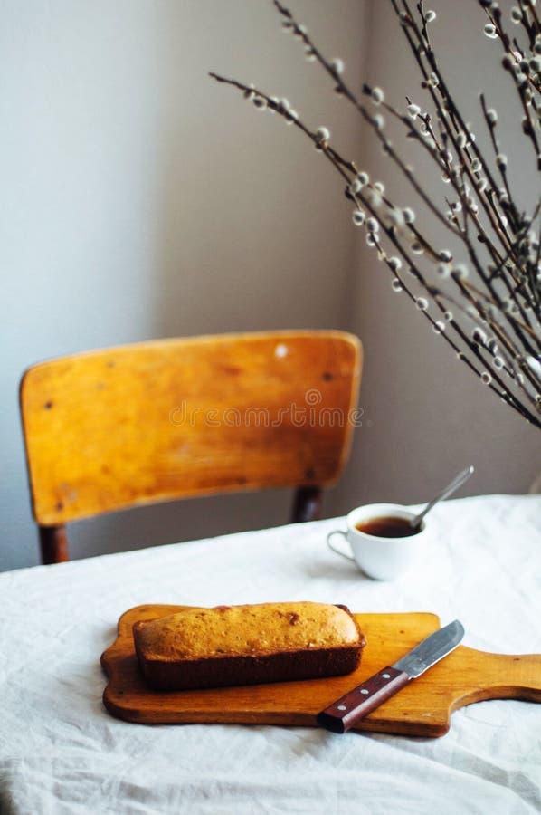 Cupcake για το πρόγευμα Αγροτικός σκοτεινός προσδιορισμός Με το αναδρομικό φίλτρο ε στοκ φωτογραφία με δικαίωμα ελεύθερης χρήσης