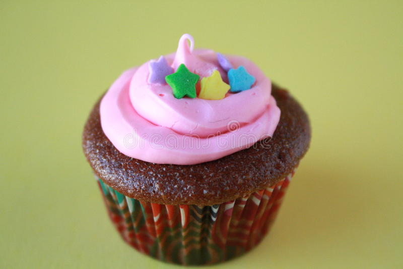 Cupcake με τα αστέρια και το ρόδινο πάγωμα στοκ εικόνες