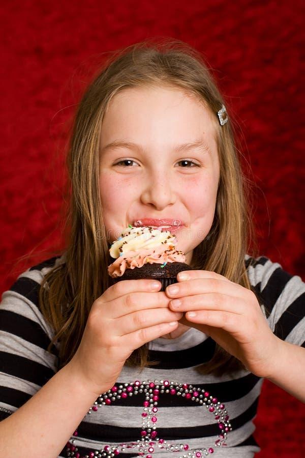 cupcake τρώγοντας το ευτυχές κατσίκι στοκ εικόνες