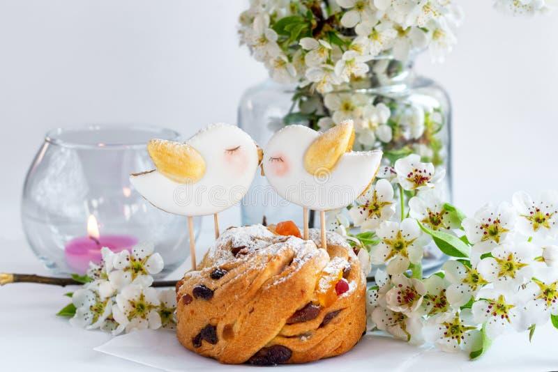 Cupcake com pão de gengibre na forma de pássaros de primavera no topo fotografia de stock