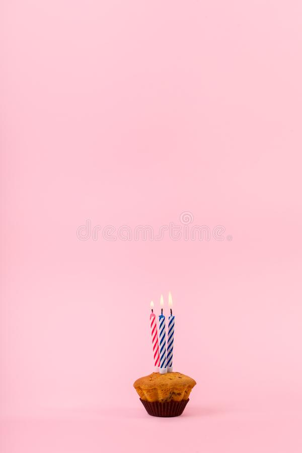 Cupcake com três velas quentes imagens de stock royalty free