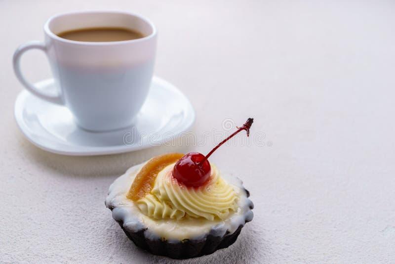 Cupcake die met een kers met slagroom wordt bedekt royalty-vrije stock foto