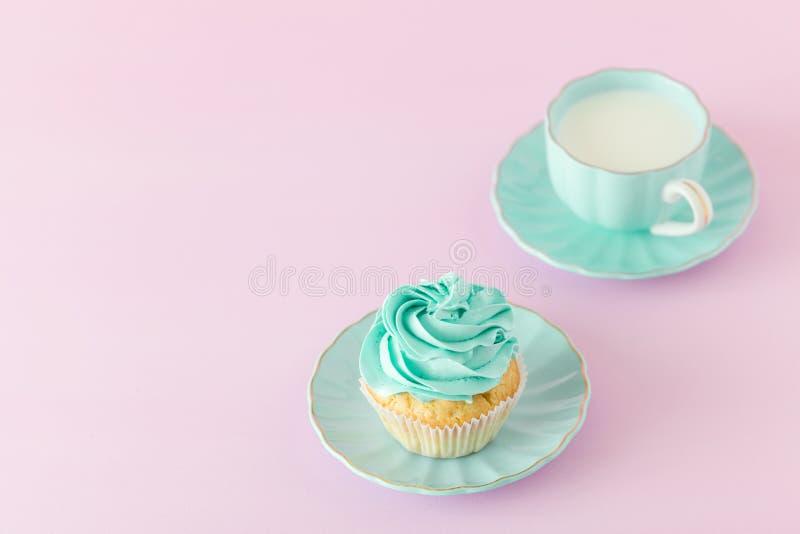 Cupcake met de decoratie van de muntroom en kop van melk en coffe op roze pastelkleurachtergrond De Groetkaart van de moeder` s D royalty-vrije stock foto
