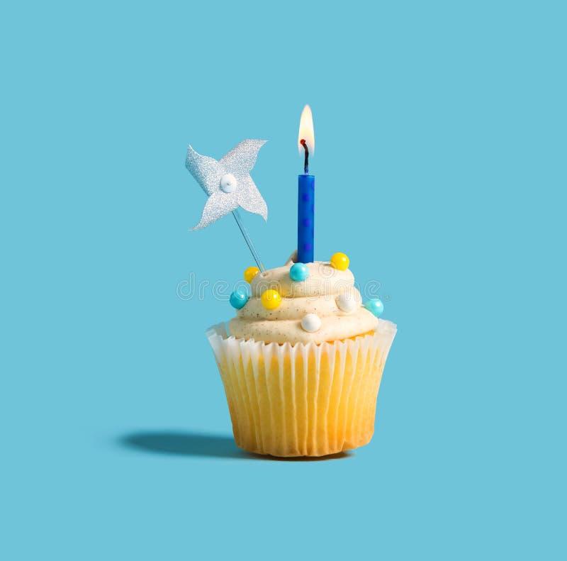 Cupcake met een aangestoken kaars royalty-vrije stock foto