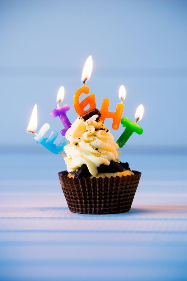 Cupcake met kaarsen voor 8 - achtste verjaardag royalty-vrije stock foto