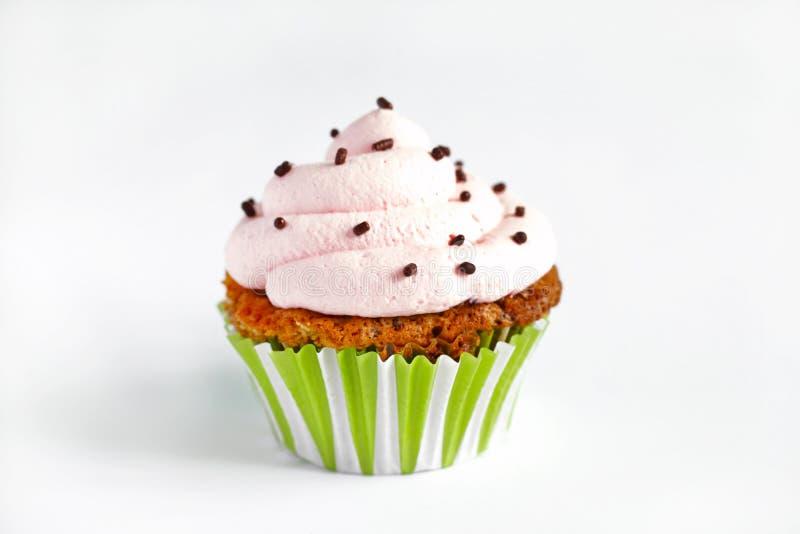 Cupcake met roze roomsuikerglazuur, op witte achtergrond royalty-vrije stock afbeelding
