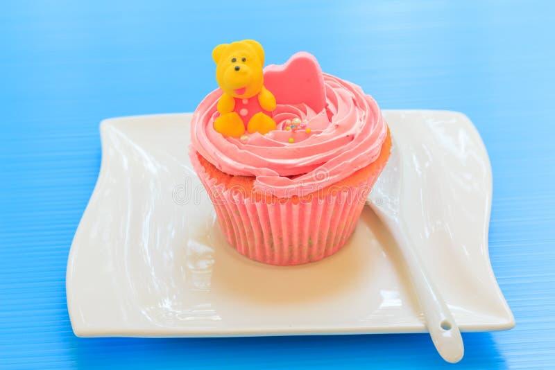Cupcake met slagroom stock afbeeldingen